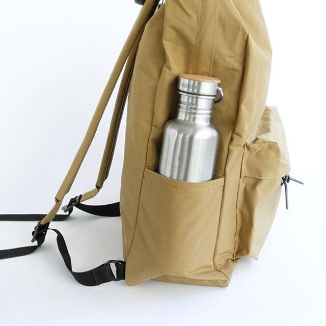 左手側のサイドポケットは、スリットポケットになっていて水筒やペットボトルの出し入れがスムーズです。