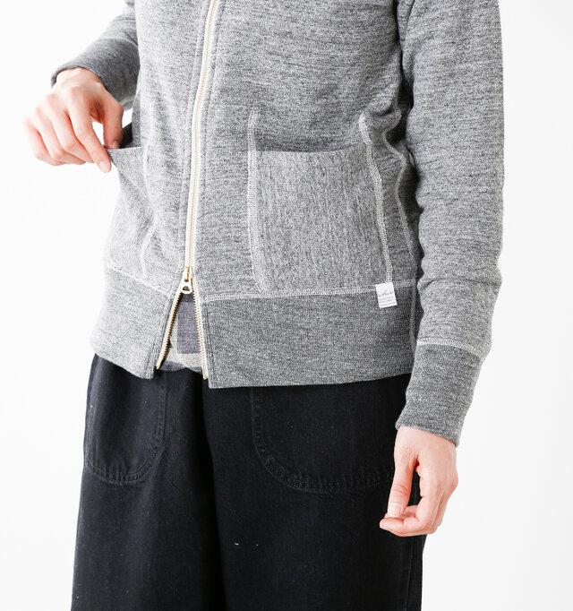 左ポケットの下にはカーキのロゴタグが付いてワンポイントになっています。