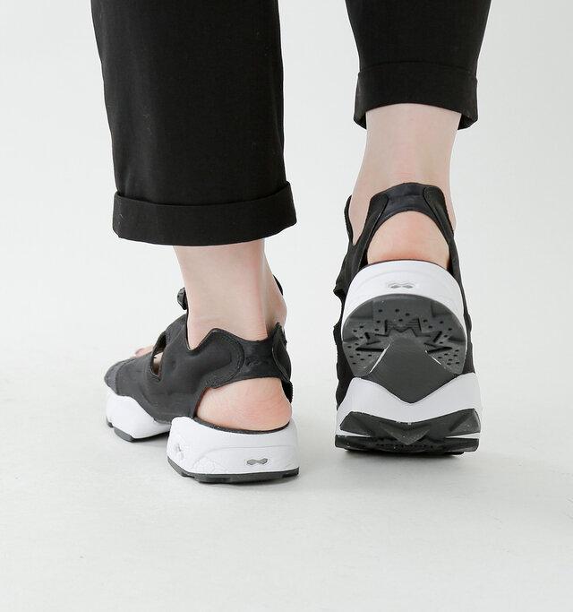 かかとはベルト付きでしっかり足をホールド。EVAミッドソールがショックを吸収し、エネルギーを保持。耐久性とグリップ性を高めた耐摩耗性ラバーアウトソールが、快適で安定性のある履き心地を提供します。