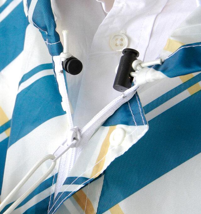 首元は、ジップとボタンのW仕様なので、雨の侵入をしっかりと防いでくれます。