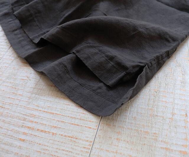 裾にはさりげなくスリットを入れ、より軽やかさをプラスしています。