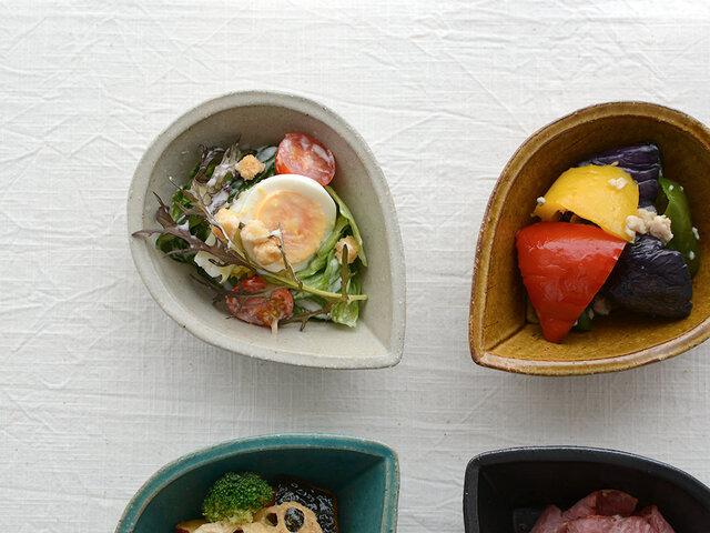アンティークの趣きを感じる色味が特長の、水島圭子さんの作品。 可愛さと大人っぽさのバランスが、ちょうどいいんです。お料理も瑞々しく見えます◎