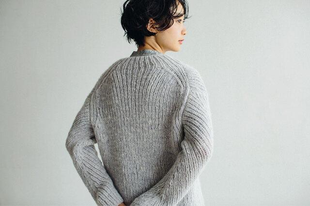 「自分が着るセーターを、自分で編んでみたい。」 編み進める楽しさを経て完成したセーターは、きっとお気に入りの一枚になるはず。 贈り物にもおすすめしたいリブ編みの変形セーター。この冬に編んでみませんか?