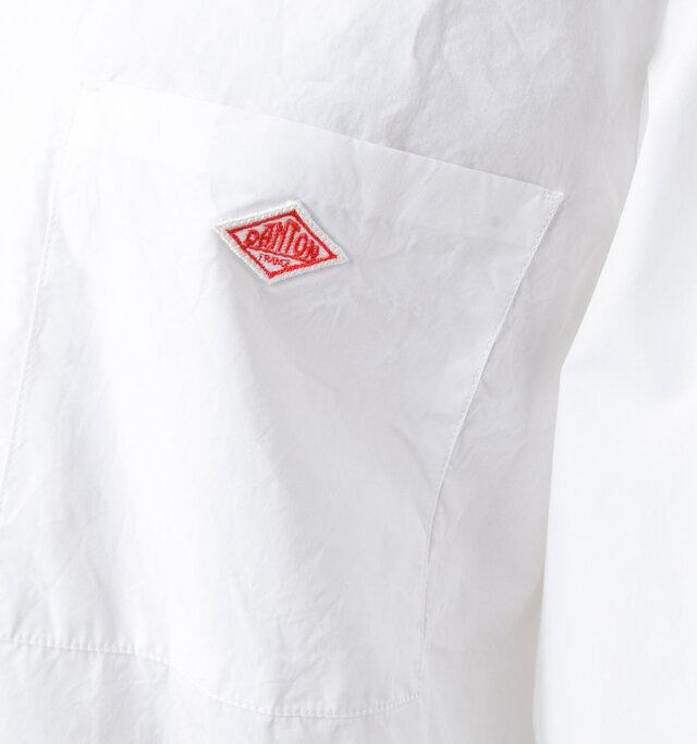 スクエア型の胸のポケットにダントンのワッペン付き。