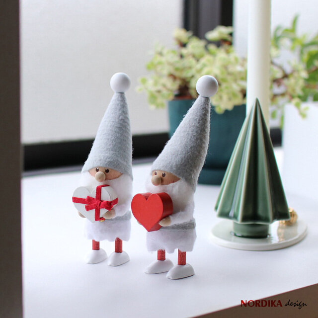 北欧のクリスマスには欠かせない「ニッセ」。 デンマークでは家庭に幸せを運んでくれるとも言われている妖精です。 とんがり帽子と愛くるしい顔が魅力的。