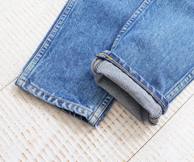 サイドは左右の生地端をダブルステッチで巻縫仕上げにしているため、耐久性が高く、アタリはセルビッチとは違った風合いになるところも特徴です。