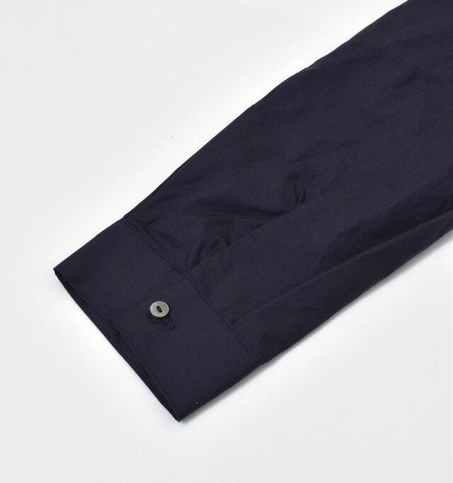 袖口には、ボタンがひとつ付いたシンプルなデザインです。
