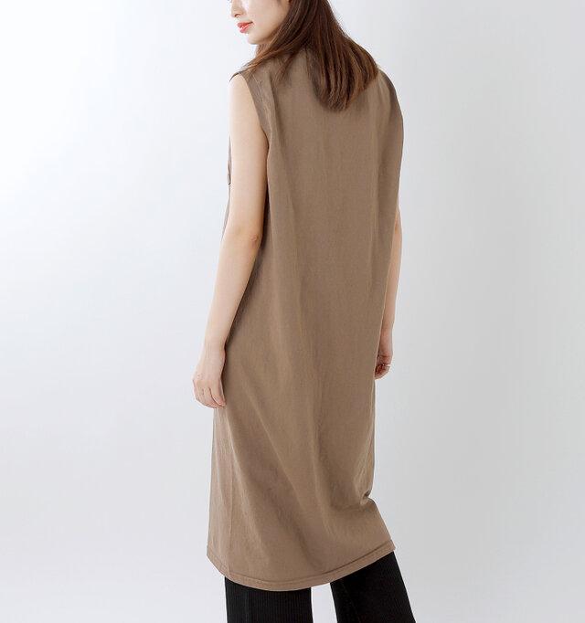 気軽に着れる丈なのでワイドパンツやスカートなどとレイヤードするのもおすすめです。