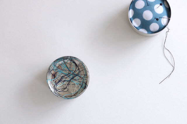 縫い物をしている時は蓋を入れ物として使え、小さなボタンでもなくしません。糸くず入れにも便利ですね。