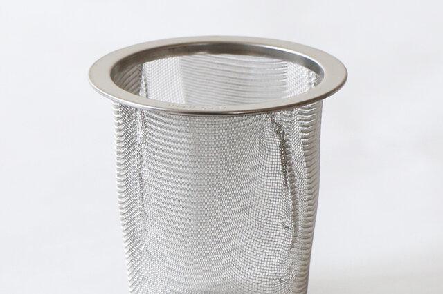 KOZティーポットの茶こし、すごいんですよ。 一般的な茶こしは、網を丸める際に金網を折りたたんで成型されているので、 内側や外側にポケット状の隙間ができ、ここに茶葉が詰まって洗う時結構面倒くさい。 でもこのポットの茶こしにはその隙間がなく、1枚の網になっているんです。 流水で濯ぐだけで綺麗に茶葉が取れ、目詰まりのストレスなし! それともう1つ。 備え付けレギュラーサイズの茶こしは、2、3人分用意する際 お湯に茶葉が浸りすぎない深さに作られています。 ただ、逆に1人分だけお茶を入れたいときには、 お湯を2人分くらいの割と多めに注がないとしっかり茶葉が浸りにくい。 そこで、ロングサイズの茶こしもご用意しました! これなら深い作りになっているから、1人分のお湯の量でも問題なしです。