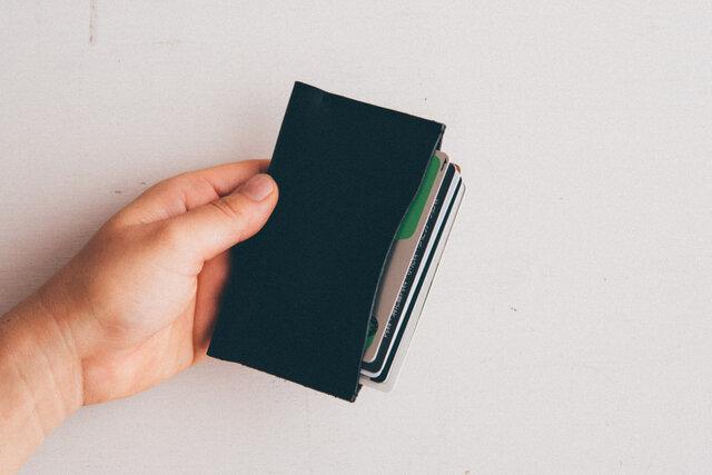 ■シングル 名刺など標準の厚みで30枚、クレジットカードなどの厚みは10枚ほど収納することができます。