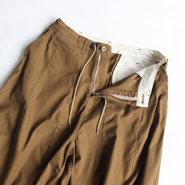 ウエストにはドローコードを配備。 股上が深く、フロントと裾にはダーツを入れた立体的なパターンです。