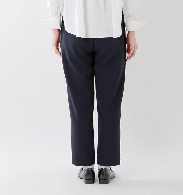 股上を深く、ヒップと腿にゆとりをもたせて。裾にかけて緩やかにテーパードを掛けることにより、ストレスのない履き心地と美しいシルエットも実現します。