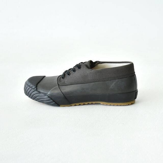 アッパーの半分以上をラバーが覆うことで、水たまりやぬかるみなど、足元の状況が悪い場面でも気にすることなく履きやすいです。(※完全防水ではありません。)