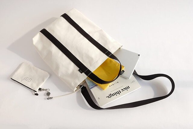 薄マチのすっきりしたフォルムの縦長トートバッグは、日常使いにはもちろん、大きめのファイルやノートパソコンも入るのでお仕事用としても使いやすいサイズです。