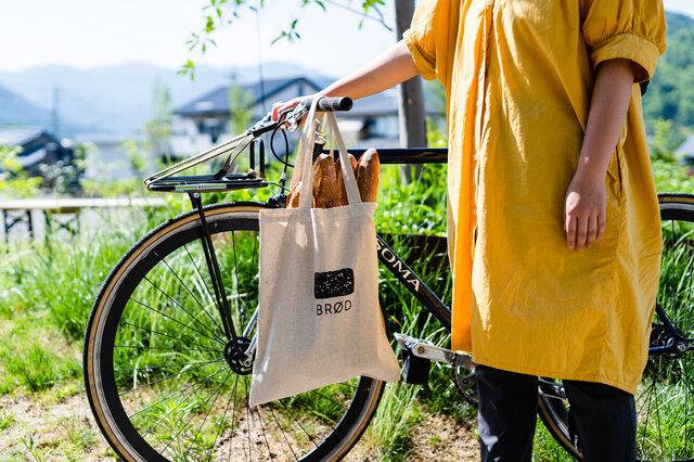 自然の風合い感じるコットンリネン素材を使用。実物大の黒パンがペイントされています。「BRØD」は、デンマーク語でパンという意味をあらわしています。