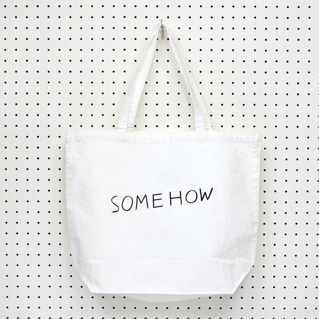 欧米で「なんとかして」「どうにかして」などの意味で使われる「SOMEHOW」の文字を描いたトートバッグ。
