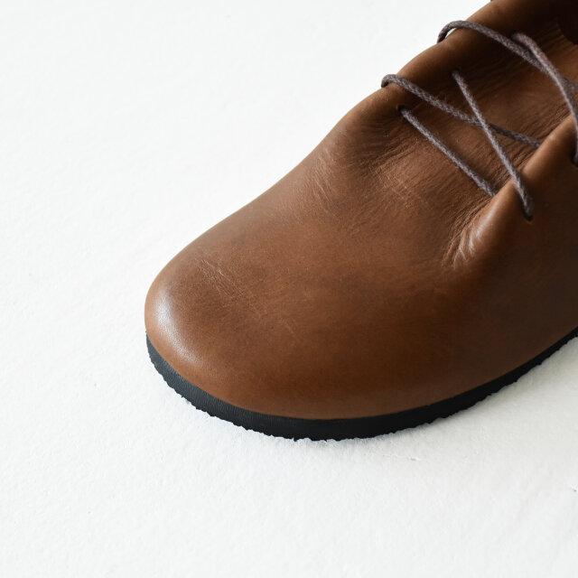 アッパーには国内タンナーで仕上げた上質なオイルレザーを使用。 履き込むほどに足に馴染み、心地よくフィットしてくれます。