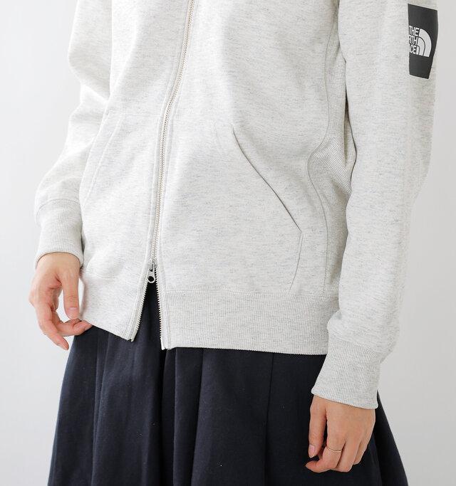 裾と袖口も長めのリブで切り替え、シルエットにメリハリをプラスします。フロントの左右には、手を入れやすい大きなポケット付きです。