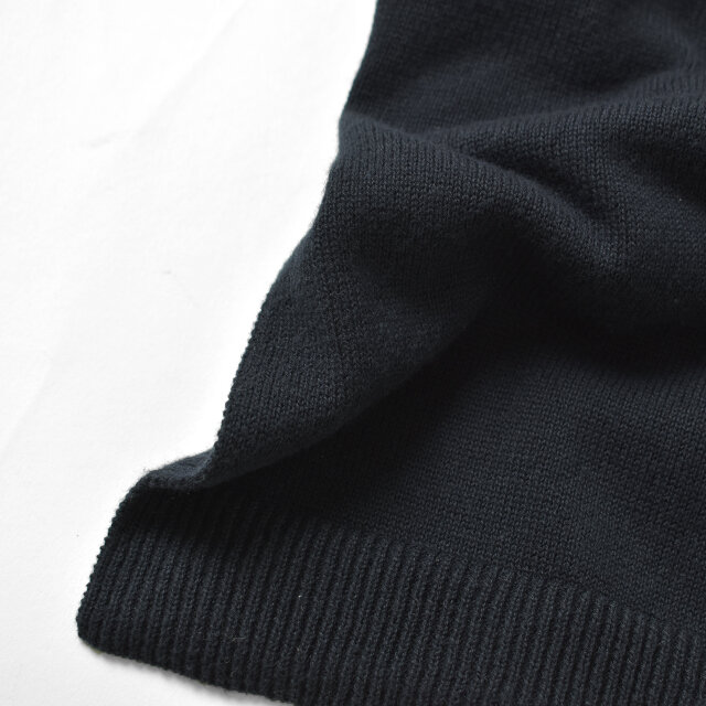 コットン素材をハイゲージに編み上げた、とても軽く肌触りの良いニット。  ウォッシャブル生地なのでデイリーに着回せて、ご自宅で手洗いができるのも嬉しいポイントです。
