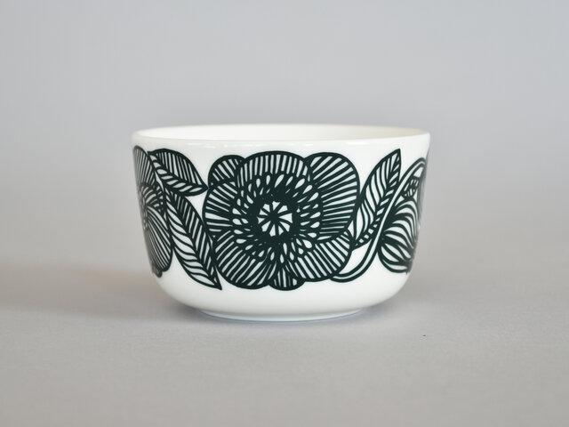クルイェンポルヴィとは「ゼラニウム」を意味し、豊かな自然のブーケが描かれています。大胆なたくさんの線だけで描かれていて、迫力があり、そして繊細なデザインが完成しています。同じカラーでマグカップ、コーヒーカップ、四角プレート、円形プレートがあるので、組み合わせて使っても素敵♪