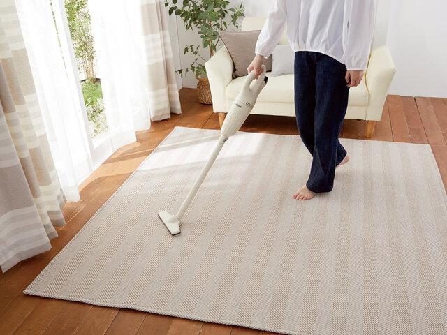 ラグの表面はカーペットパイル(毛)ではなく、毛足のないファブリック生地なので、細かなゴミやちりも手軽にお掃除で除去できます。特にペットを飼われているご家庭だとお掃除が何かと大変なもの。ラグの表面は毛足が無いのでペットの毛やゴミも絡みにくく、コロコロでも手軽にお掃除できます。