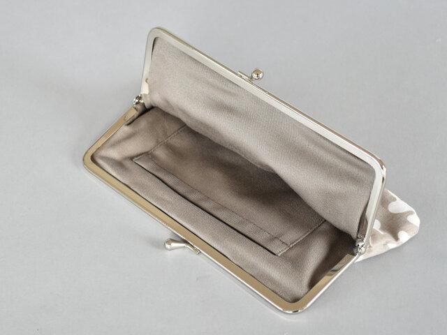 中にはポケットがひとつ付いています。よく使うリップや目薬を入れておいてもいいですね。