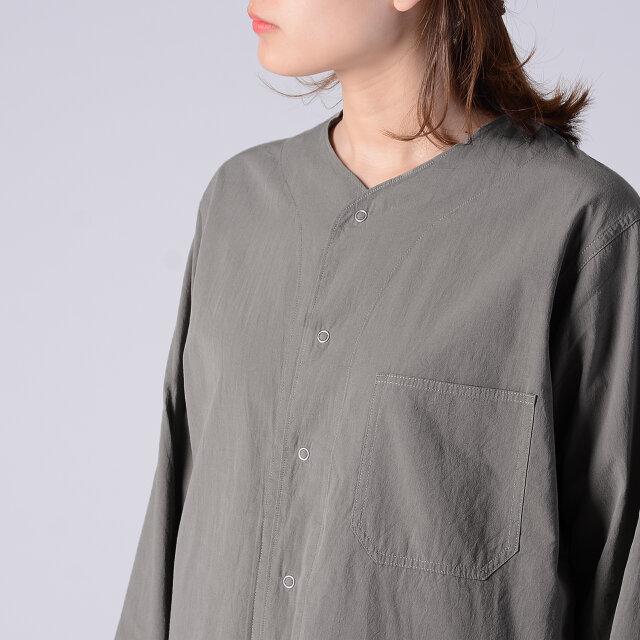 パジャマシャツらしいドットボタンがアクセント◎。スナップ式で着脱も簡単です。 胸元には大きなポケット付き。