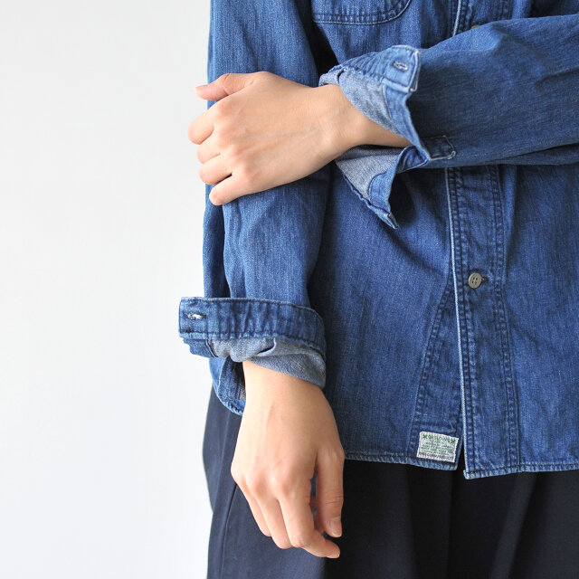柔らかな生地なので袖を捲くりやすく、こなれ感をプラスしてみてもいいですね。