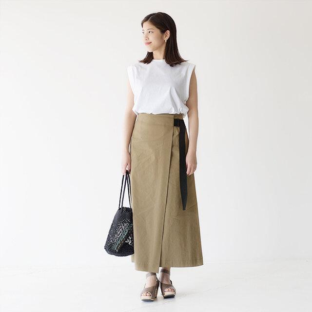 SACRA<サクラ>の涼し気なトップスに、リネン混のラップスカートを合わせた涼し気なコーデ。 あまり広がりを持たせないスカートは落ち着いた雰囲気が魅力的ですね♪ シンプルなスタイリングも、スカートのラップデザインがアクセントになっています♪ サンダルも女性らしいウッドサンダルをチョイスして、おでかけにピッタリな装いに◎