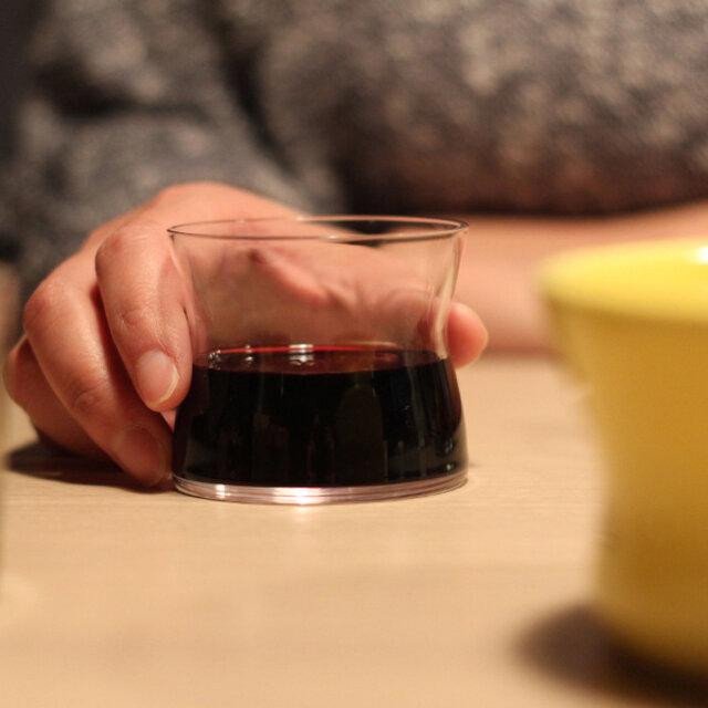 一見「何グラスだろう?」と首を傾げてしまいそうなユニークなフォルムのこのグラスは、デンマークと日本のコラボレーションで生まれました。 使ってみると毎日使いたくなる。 毎日見ていたくなる。 そんな美しいグラスです。