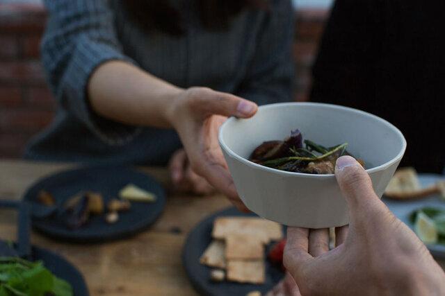 (ボウル ベージュ) 料理の色を引き立てるベージュやブラック、主役になる華やかなレッドの3色。