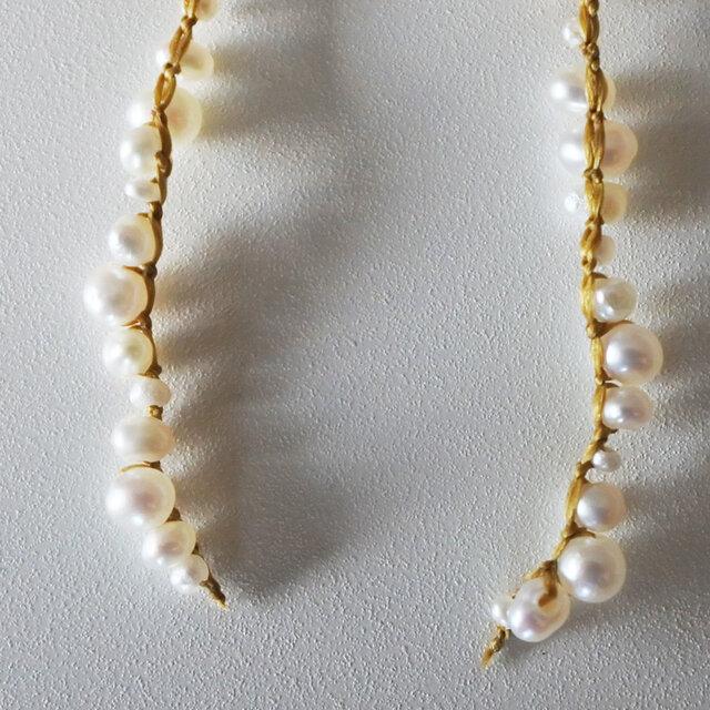 パールを繋ぎとめている絹糸の結び目は、ハンドメイドだからこそ出来る繊細な作業。金属が少ないのでとても軽く、付け心地も負担なくお使い頂けます。