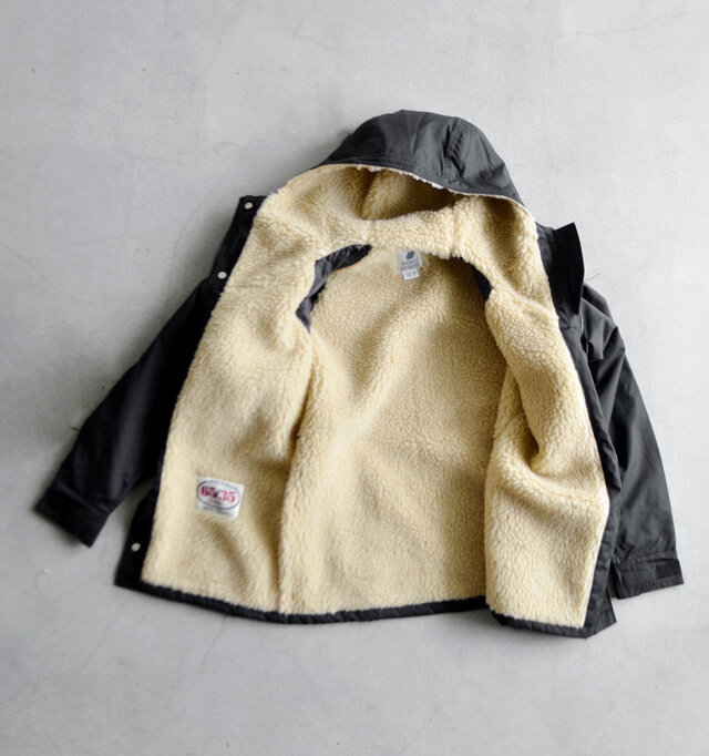 内側にはふわふわのボアライナーがたっぷりと施され、体を暖かく、やさしく包み込んでくれます。