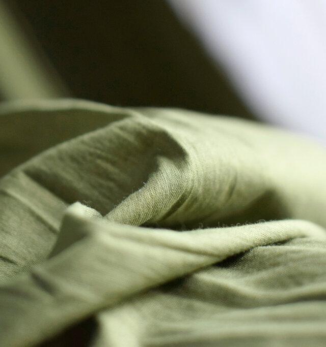 インド綿の独特の柔らかさが肌なじみ良く、やさしい着心地です。軽くて通気性も良いので、夏の日差しや風が似合う生地感です。ハンドメイドの刺繍など、糸の始末の跡が残っていたりあたたかみを感じます。発色の良い爽やかなカラーも魅力の一つです。