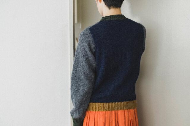 凝った編み方じゃなくても、配色アレンジで印象的なセーターを。 自分ではなかなか選ばない色も、キットだと安心して挑戦できますね。 トレンチやステンカラーコートから覗くカラフルなニットは、きっとおしゃれですよ。 シンプルに1色で編むタイプもありますので、お好みで選んでくださいね。