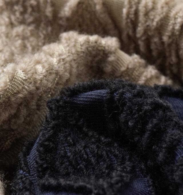 コットン生地にもこもことしたロービングウール糸をあしらい、ニットモチーフが浮き上がるジャガード生地。高級感溢れるしっかりとした厚みと、他にない表面デザインが魅力です。