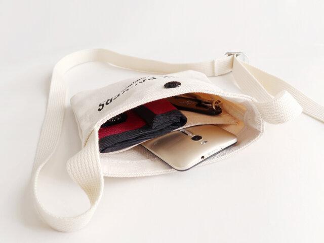内側には貴重品を入れておいたり、小物の整理にも便利なポケット付き。 普段使いからレジャーシーンまで大活躍してくれます。