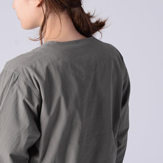 スマートな印象を与えるカラーレスデザイン。 合わせるインナーのデザインを選ばず、スタイリングの幅が広がります。