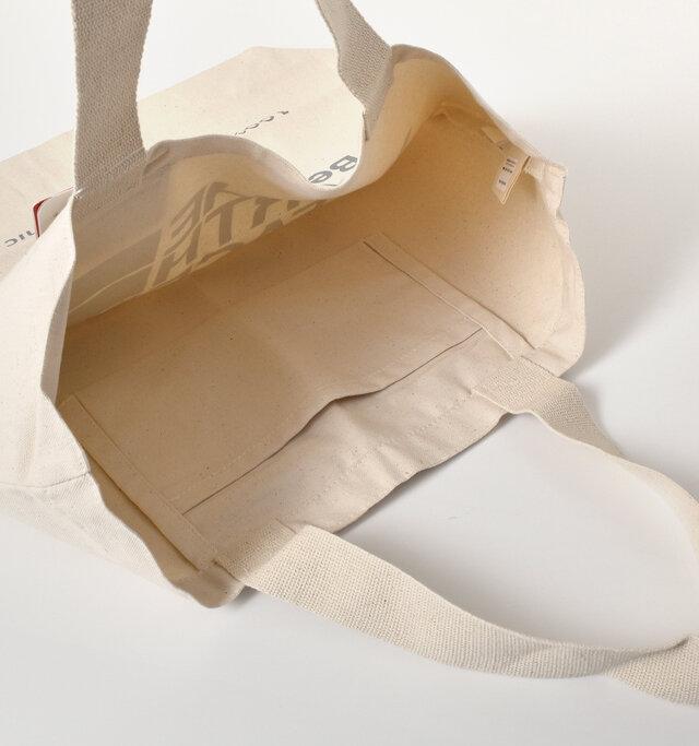 内側にポケットが1つ付いているので、荷物の仕分けもしやすく便利◎