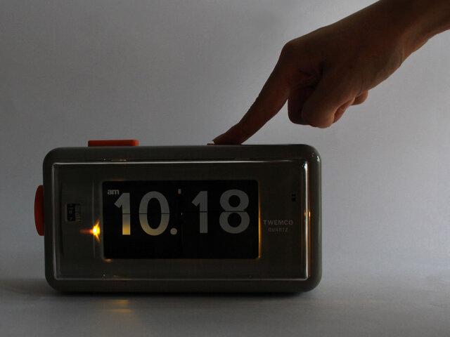 上部(右)のボタンを押すと、LEDライトが点灯します。暗い部屋でも時間を見ることができます。(AL-30のみの機能です。)