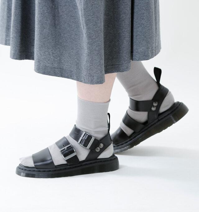 素足にはもちろん、ソックスとの組み合わせも色々と楽しめるシンプルなデザインが魅力的です。