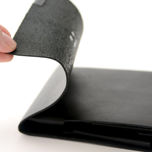手間をかけて仕上げられた上質な革は非常に柔らかく、手にすんなり馴染んでいきます。