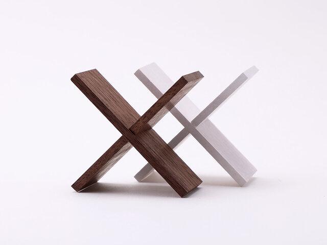 2枚の木製パーツを組み合わせることで、専用のスタンドになります。