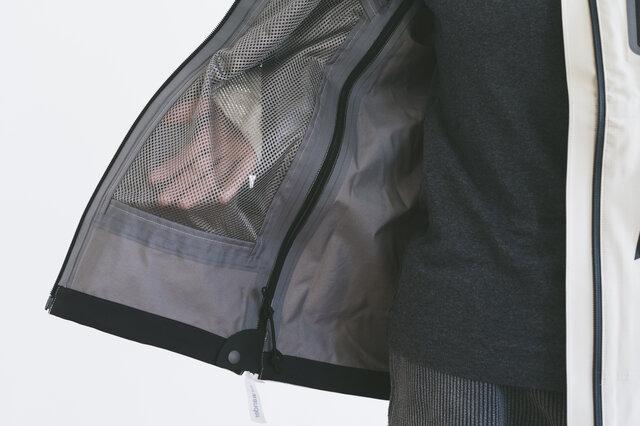 フロントポケットの裏地はメッシュ素材で、通気性◎。