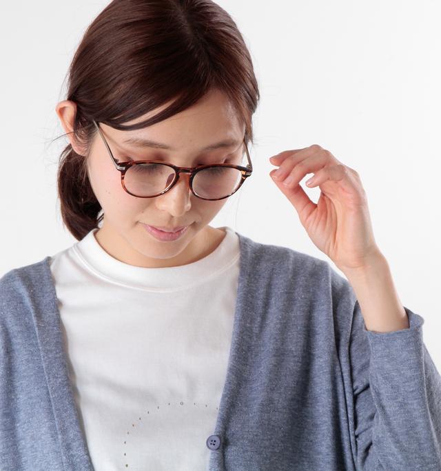 クリアなレンズでありながら、実はUVカット加工が施されておりサングラスとしての機能も備わっています。(紫外線透過率1.0%以下)。伊達眼鏡としても使え、かつ紫外線からも目を守ってくれる実用的なアイテムなんです。
