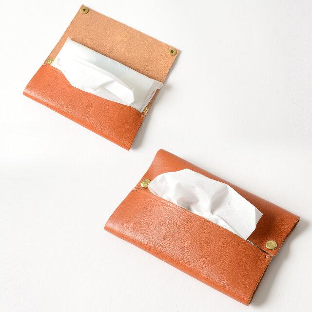 スナップボタンを開いて内側にポケットティッシュを入れるだけ◎。 バッグの中でも型崩れせず、使用する際もスマートな印象です。