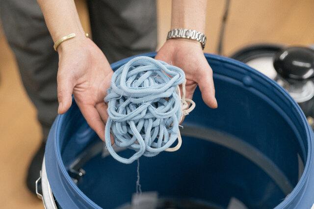 靴下を編む時に切り落とす端材で巻きます