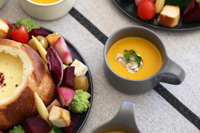 そしてもう1つ、これまたKOZでは初登場のスープマグ! 一見浅く見えますが、280ccも入るから 野菜がゴロゴロ入ったポトフのような具沢山スープにも最適ですよ。  時にはフルーツとシリアルを合わせた、朝食のヨーグルトボウルにも。 私はこのスープマグに、ミルクを煮立てて出した 大好きなチャイティーをたっぷり入れて飲むのがお気に入りです♪
