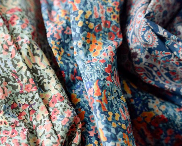 ロンドンで創立された英国リバティ社のプリントはアールヌーボー柄や小花柄、植物やペーズリーなどが繊細なラインで描かれ、独特の美しい色彩で表現されています。